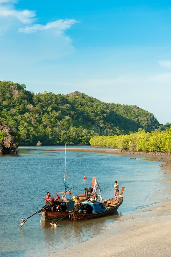 Fiskebåtar i havet och mangroveskog av Thailand arkivfoton
