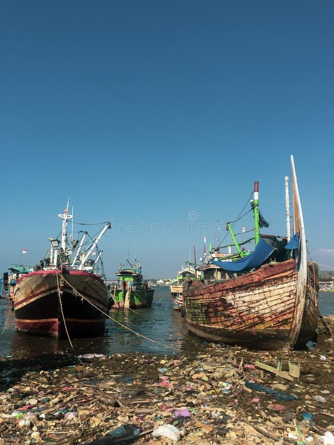 Fiskebåtar i Lamongan Indonesia arkivfoton