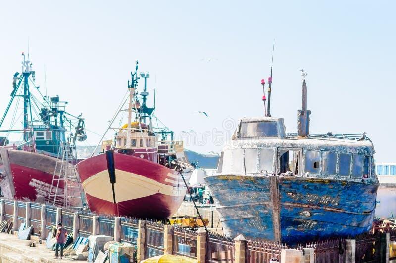 Fiskebåtar i porten av Essauira arkivbild