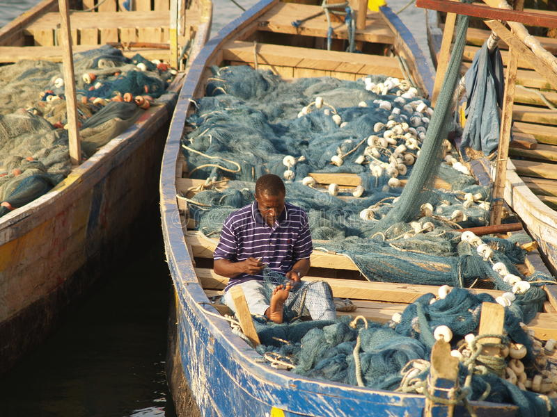 Fiskebåtar i uddekusten, Ghana, Afrika arkivfoton