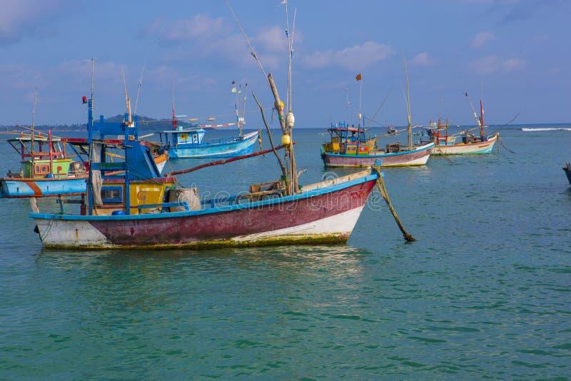 Fiskebåtar i Weligama, Sri Lanka Srilankesiskt fiske Hav VI arkivbild