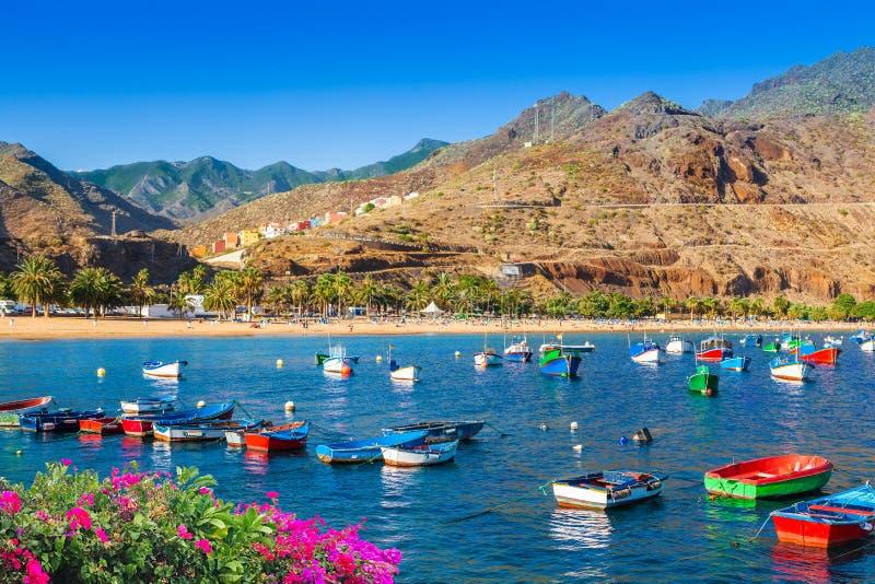 Fiskebåtar nära Teresitas sätter på land i Tenerife, Spanien arkivfoto