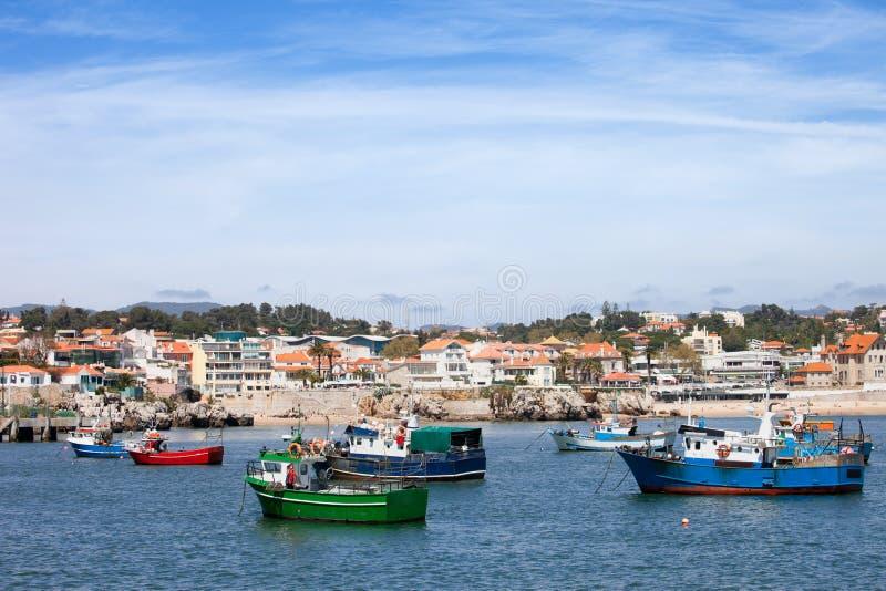 Fiskebåtar och Cascais kustlinje i Portugal royaltyfri foto