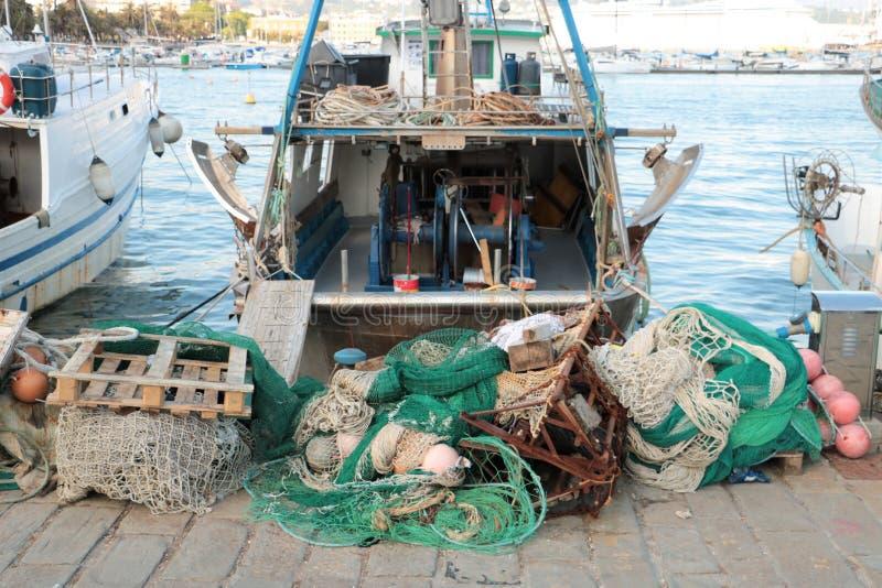 Fiskebåtar och förtjänar arkivbilder