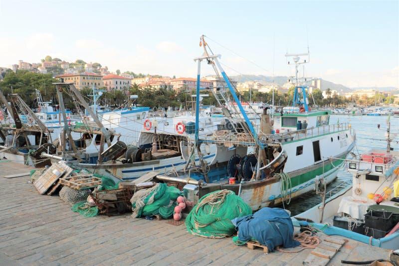 Fiskebåtar och förtjänar royaltyfria foton