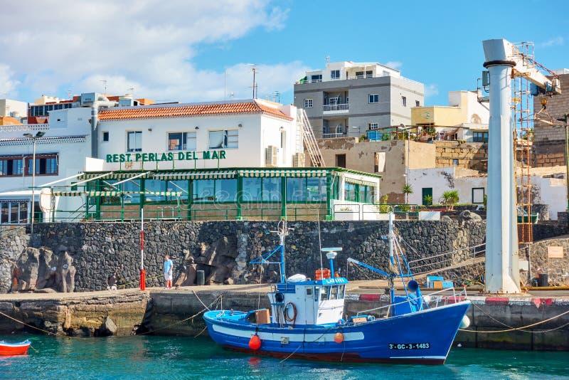 Fiskebåtar och restauranger för sjöfolk i Los Abrigos arkivfoton