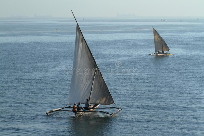 Fiskebåtar och segelbåtar i Indiska oceanen fotografering för bildbyråer