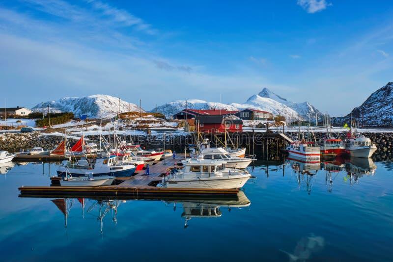 Fiskebåtar och yachter på pir i Norge royaltyfri fotografi