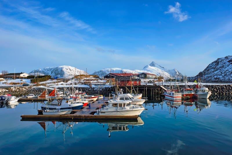 Fiskebåtar och yachter på pir i Norge arkivbild