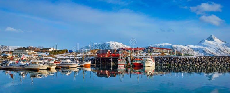 Fiskebåtar och yachter på pir i Norge arkivfoton