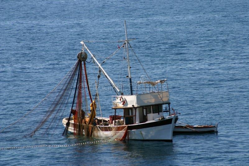Fiskebåtar på arbetet fotografering för bildbyråer