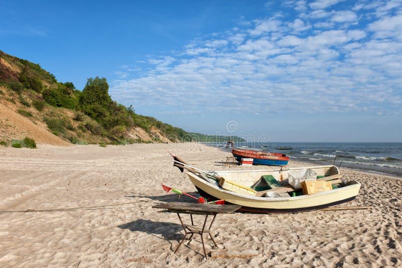 Fiskebåtar på den Östersjön stranden royaltyfri fotografi