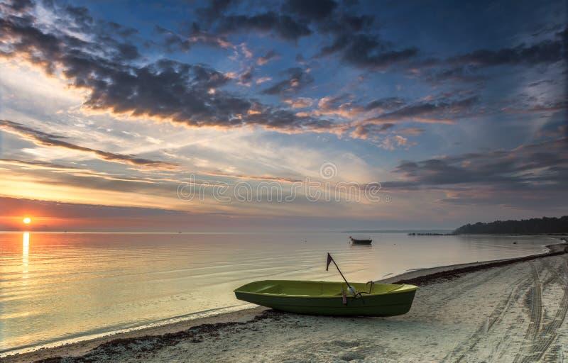 Fiskebåtar på den baltiska stranden på gryning, Lettland arkivfoton