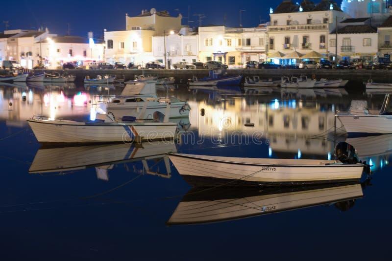 Fiskebåtar på den blåa timmen i Tavira, Algarve, Portugal royaltyfri fotografi