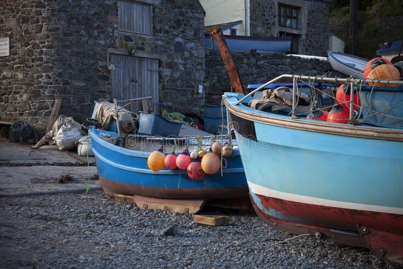 Fiskebåtar på den Cadgwith lilla viken, Cornwall, England arkivfoton