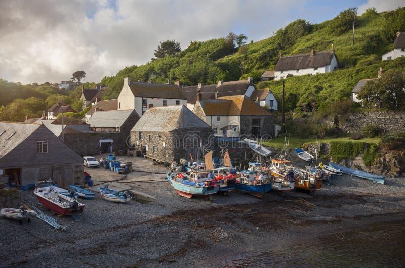 Fiskebåtar på den Cadgwith lilla viken, Cornwall, England arkivbild