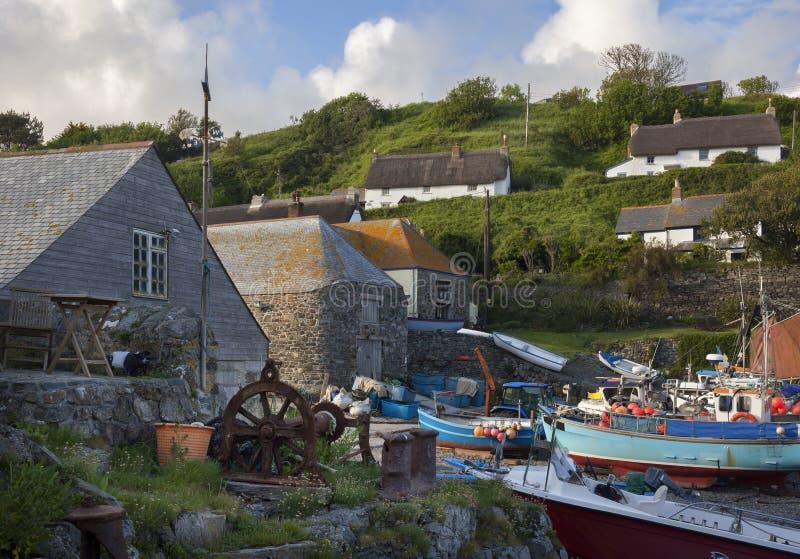 Fiskebåtar på den Cadgwith lilla viken, Cornwall, England royaltyfria foton
