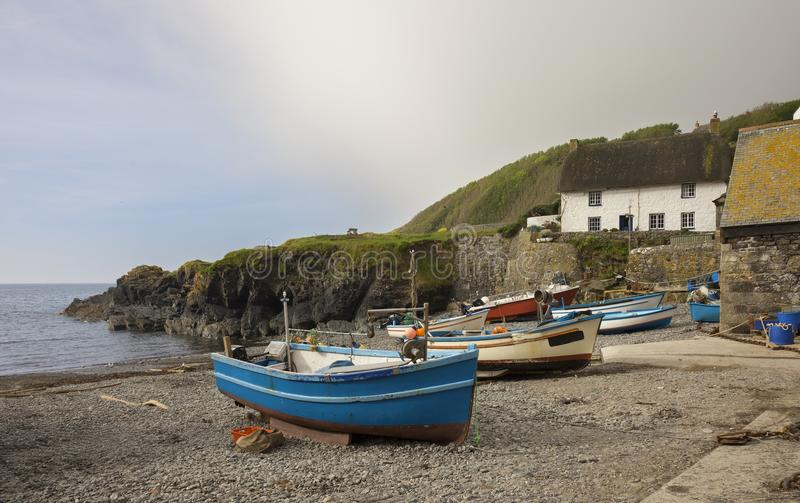 Fiskebåtar på den Cadgwith lilla viken, Cornwall, England royaltyfri bild
