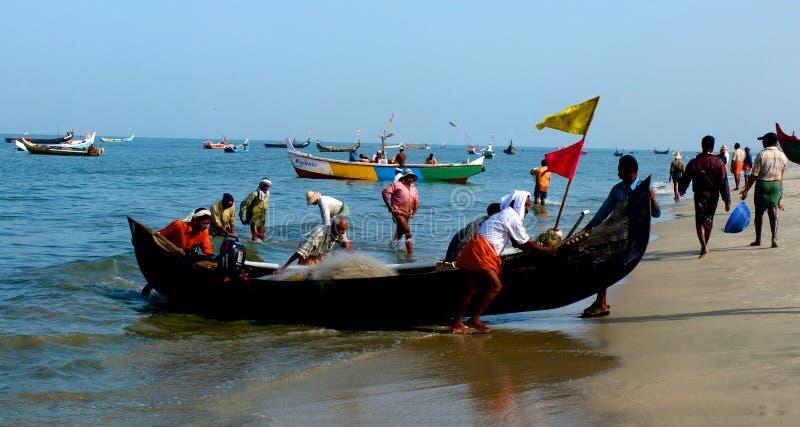 Fiskebåtar på den Marari stranden, Kerala, Indien royaltyfria bilder
