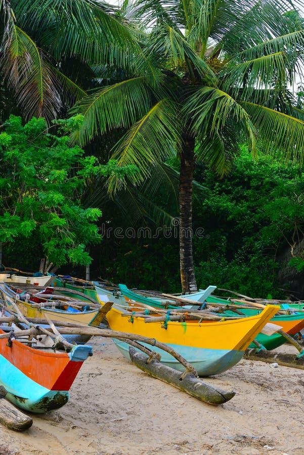 Fiskebåtar på en tropisk strand royaltyfri fotografi
