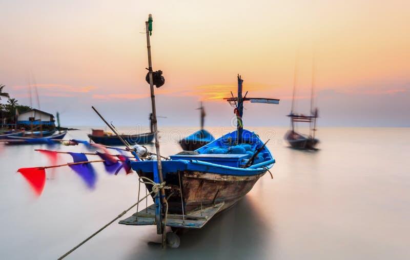 Fiskebåtar på havet med solnedgång royaltyfria bilder