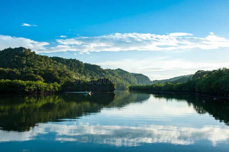 Fiskebåtar på kanalen, Thailand royaltyfria bilder