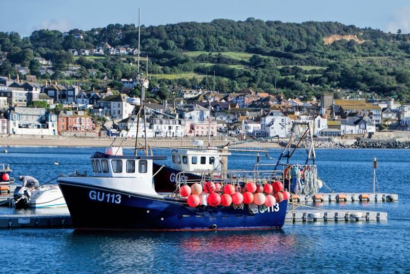 Fiskebåtar på Lyme Regis Outer Harbour royaltyfria bilder