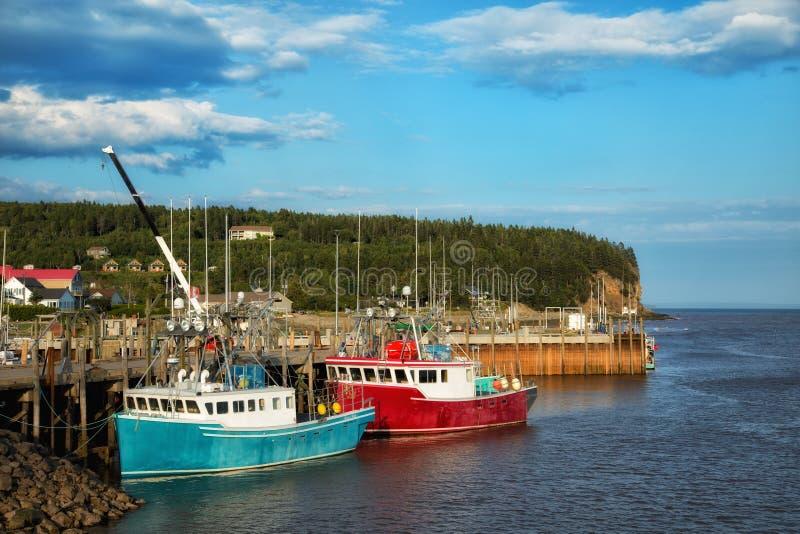 Fiskebåtar på pir royaltyfri foto
