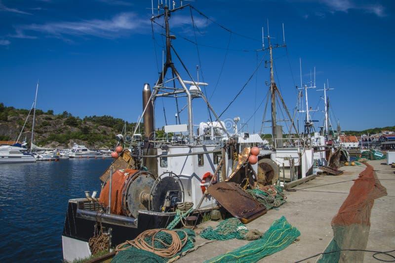 Fiskebåtar på pir royaltyfria foton