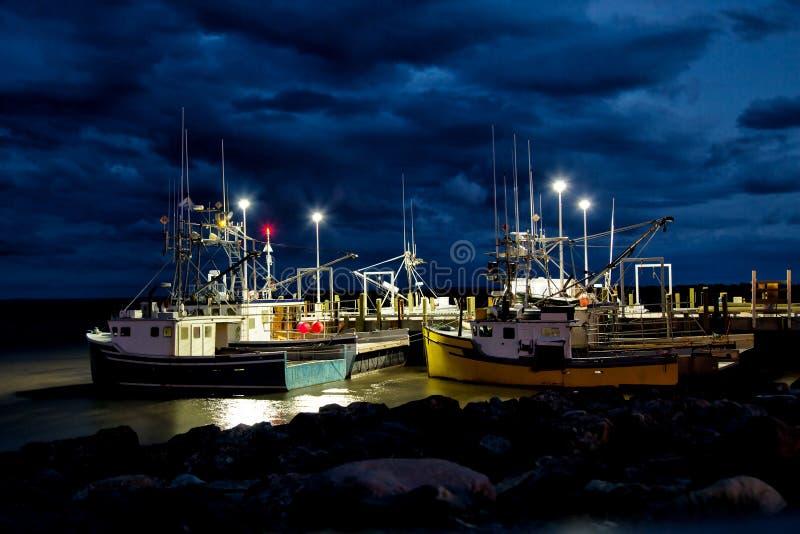 Fiskebåtar på pir för natten arkivbilder