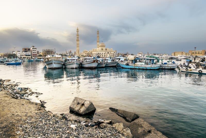 Fiskebåtar på porten av Hurghada, Hurghada marina på solnedgången fotografering för bildbyråer