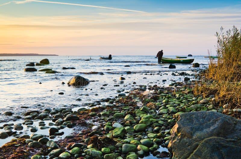 Fiskebåtar på segla utmed kusten av Östersjön royaltyfri fotografi