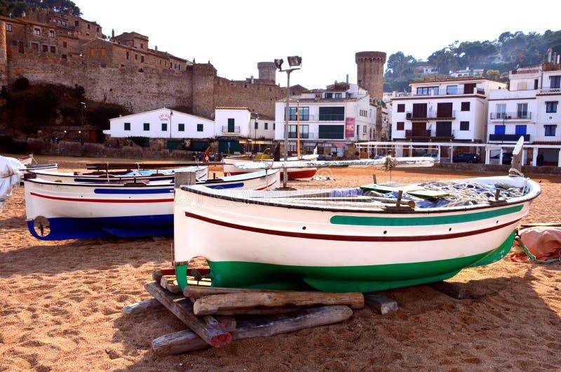 Fiskebåtar på stranden av Tossa de Mar på Costa Brava av Girona, Spanien royaltyfri foto