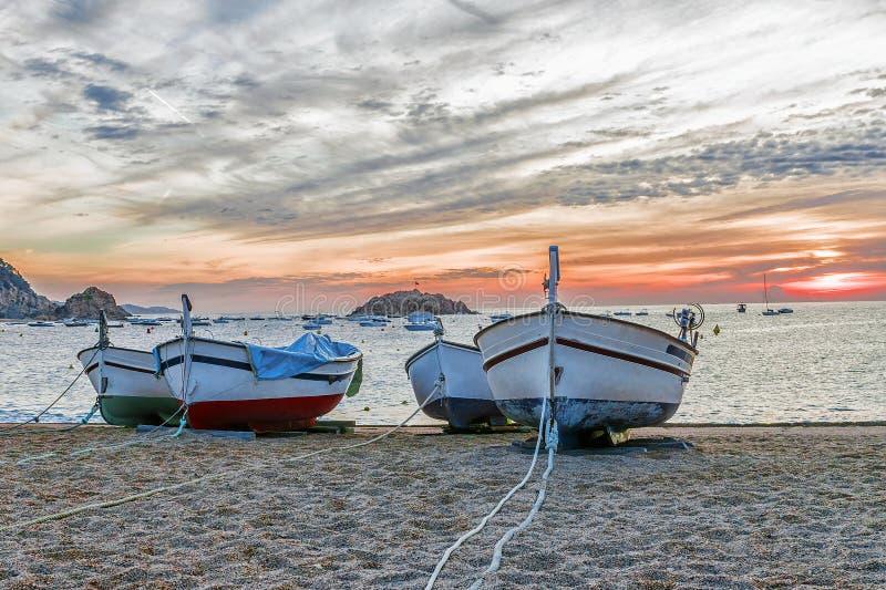 Fiskebåtar på stranden i Tossa de Mar, Spanien royaltyfri foto
