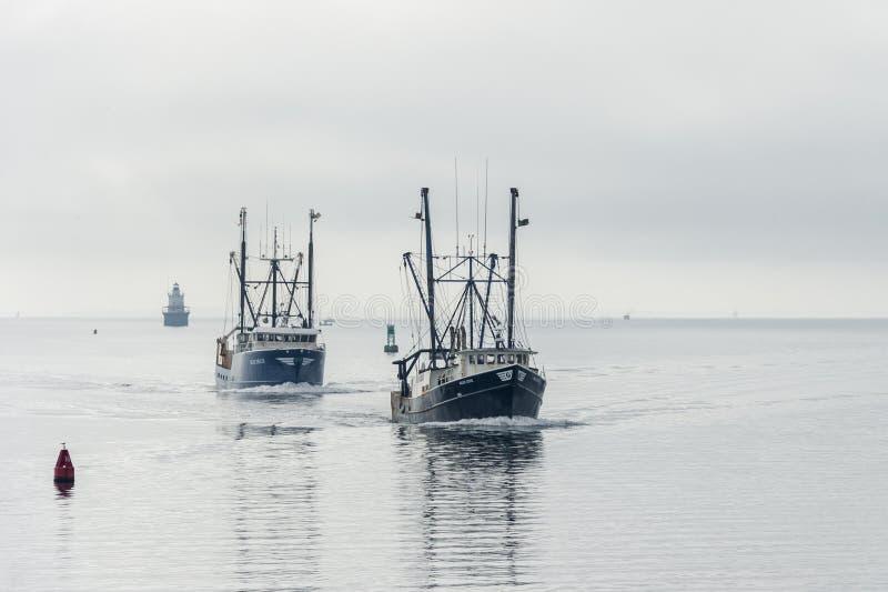 Fiskebåtar slösar delta- och blåttlilla viken arkivbilder