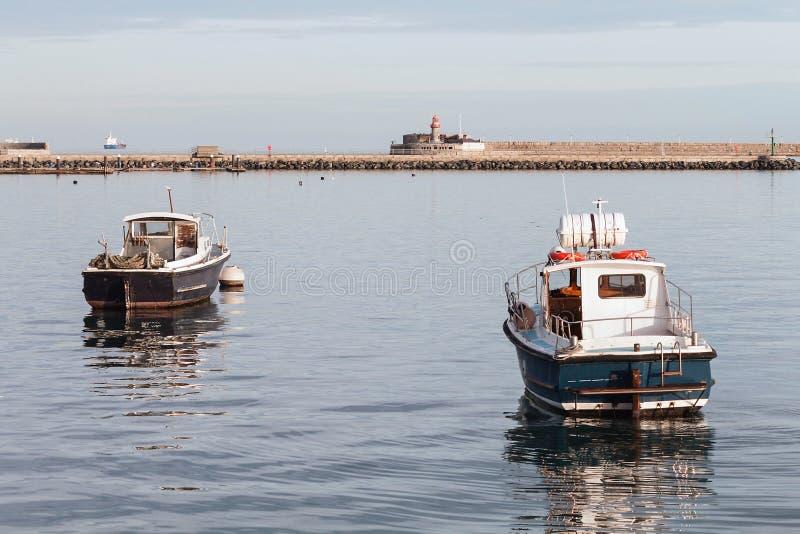 Fiskebåtar som ankras i port, Dun Laoghaire, Dublin, Irland arkivbilder