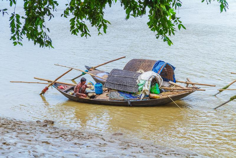Fiskebåtar som ankras på Ganges arkivbild