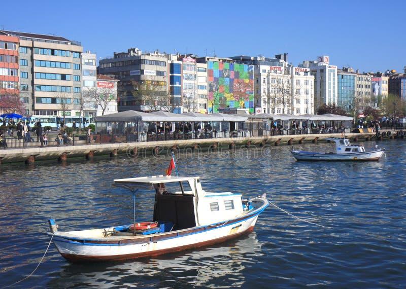 Fiskebåtar som anslutas på den Asien minderårigKadikoy hamnen arkivbild