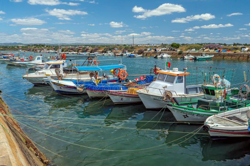Fiskebåtar som förtöjas i den Fuseta hamnen, Algarve, Portugal royaltyfria foton