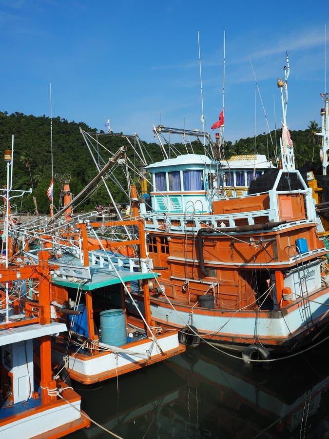 Fiskebåtar som förtöjas i det Prachuap Khiri Khan landskapet, Thailand arkivbilder
