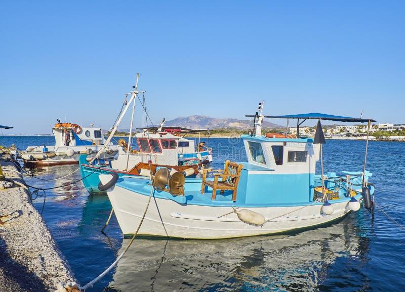 Fiskebåtar som förtöjas i Mastichari fiskeport Grekisk ö av royaltyfri fotografi