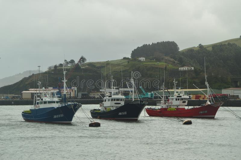 Fiskebåtar som förtöjas i porten av Bermeo av omildheterna av orkanen Hugo Navigeringloppnatur arkivfoton