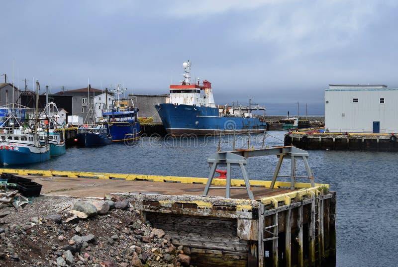 Fiskebåtar som förtöjas på den kommersiella skeppsdockan för storslagen bank arkivfoto