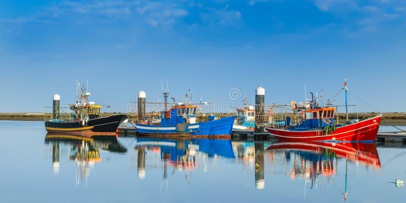 Fiskebåtar som förtöjas på skeppsdockan arkivbild