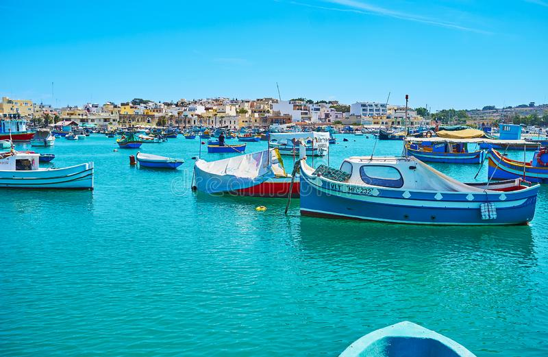 Fiskebåtarna i den Marsaxlokk marina royaltyfri fotografi