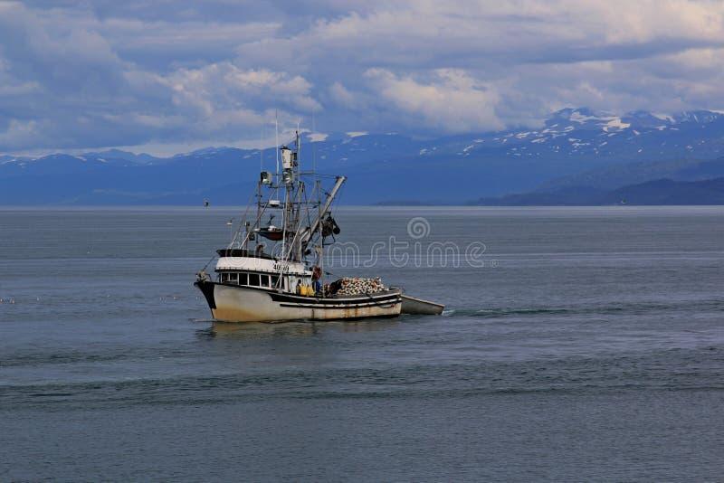 Fiskebåten går tillbaka till hamnen arkivfoto