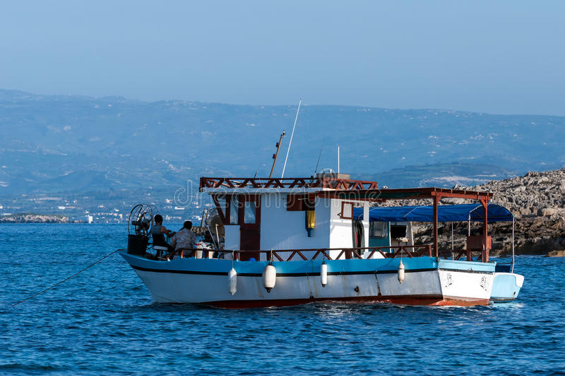 Fiskebåten ligger på solnedgången royaltyfri bild