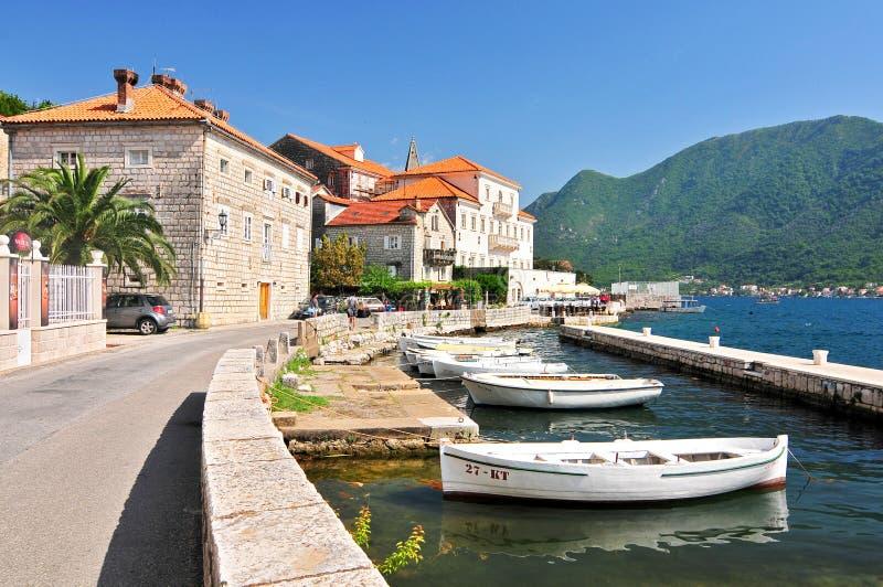 Fiskebåtflöte som förtöjas i den Perast staden fjärdkotor montenegro arkivfoto