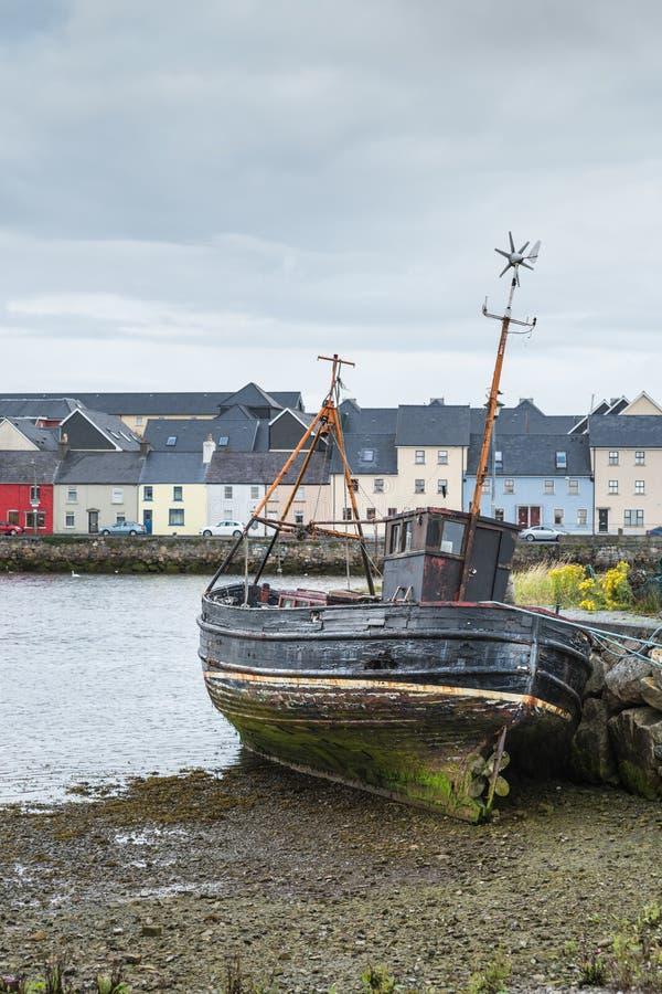 Fiskebåthaveri i Claddagh port av Galway, Irland royaltyfri bild