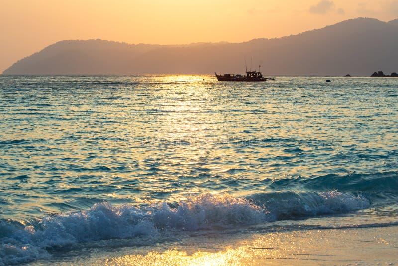 Fiskebåthed på solnedgången arkivbilder